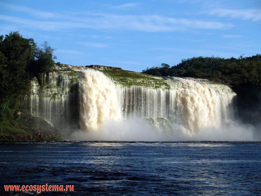 Водопад Лягушка на реке Каррао, притоке Карони и лагуна Канайма (Canaima Lagoon). Высота водопада - 20 метров. Национальный парк Канайма, зона влажных тропических лесов, Гвианское нагорье, Венесуэла